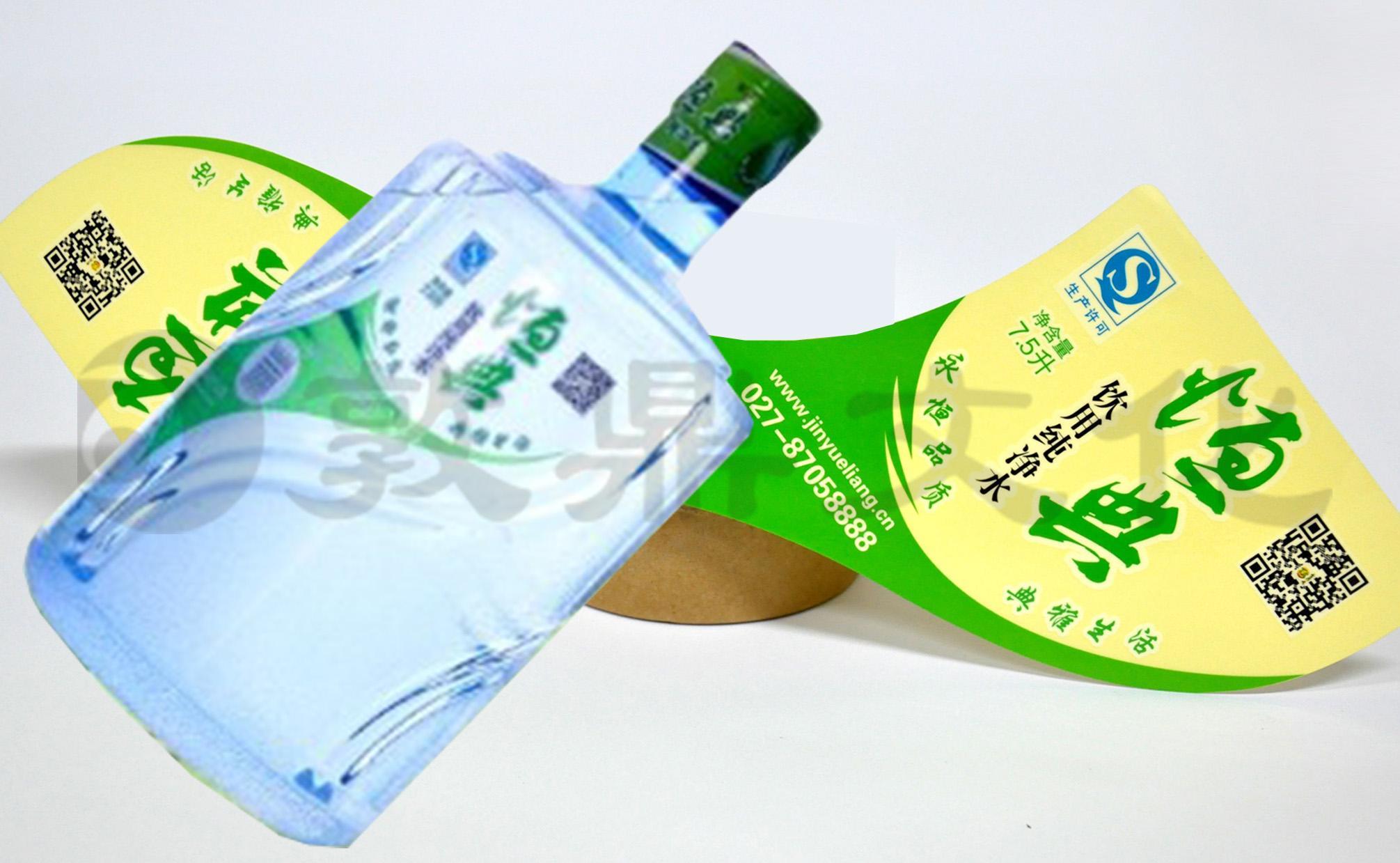 水桶身形状的独特的特点,敦鼎公司设计出与之相匹配的异形桶装水标签